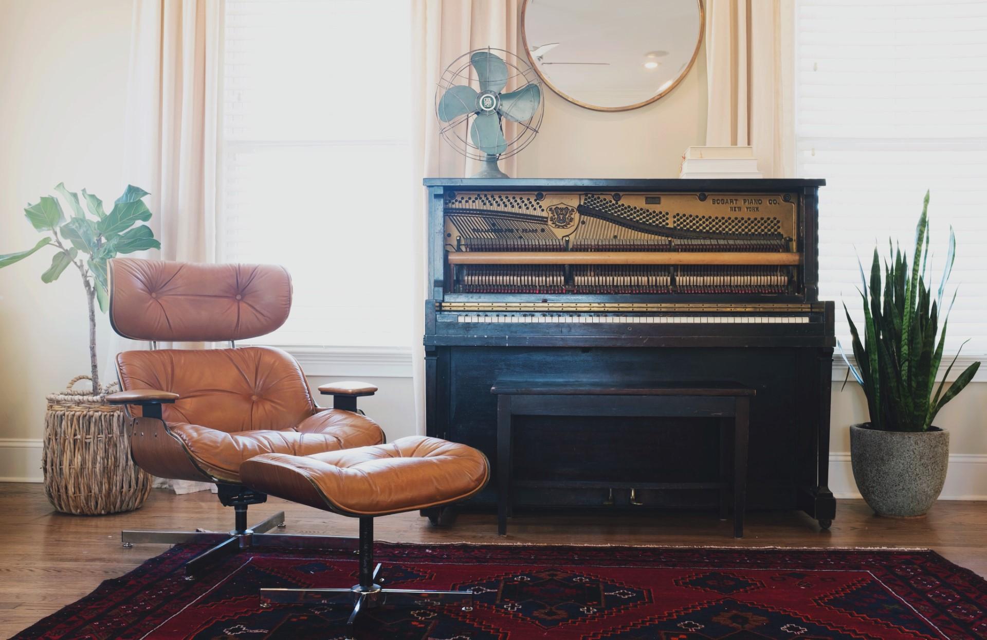 Piano und Sessel